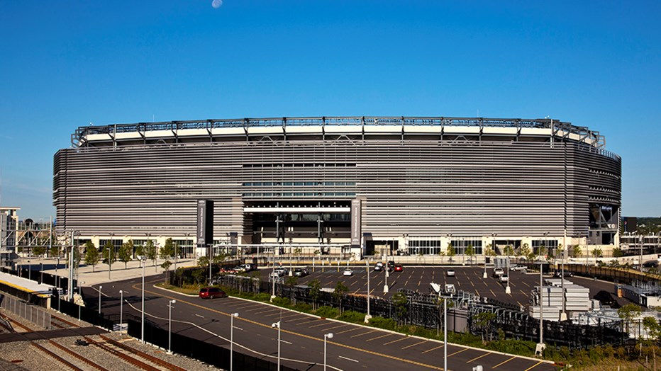 The MetLife Stadium Company wanted a technologically advanced open-air stadium. Skanska, in a design-build contract, constructed the stadium to accommodate the New York Giants and the New York Jets and seat 82,500 spectators, including 217 luxury suite boxes. (Photo: David Sundberg/Esto)