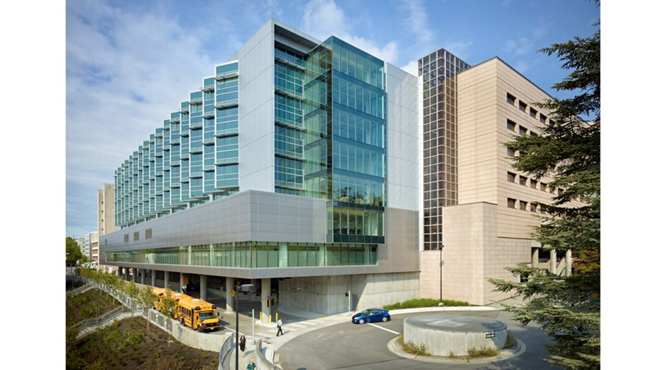 The University of Washington Medical Center wanted to construct a new tower to increase capacity for oncology and neonatal ICU patients, as well as provide leading-edge digital imaging technology. Skanska worked in a collaborative construction process with the owner, design team and design-assist trade partners to deliver the project, resulting in a 10-week schedule and $3.5 million budget savings.